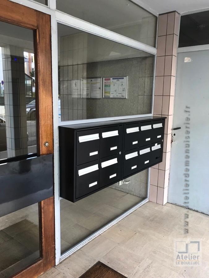 2017 08 - Facade D\'entrée Immeuble En Acier Avec Boites Aux Lettres Rue Pasteur à Courbevoie