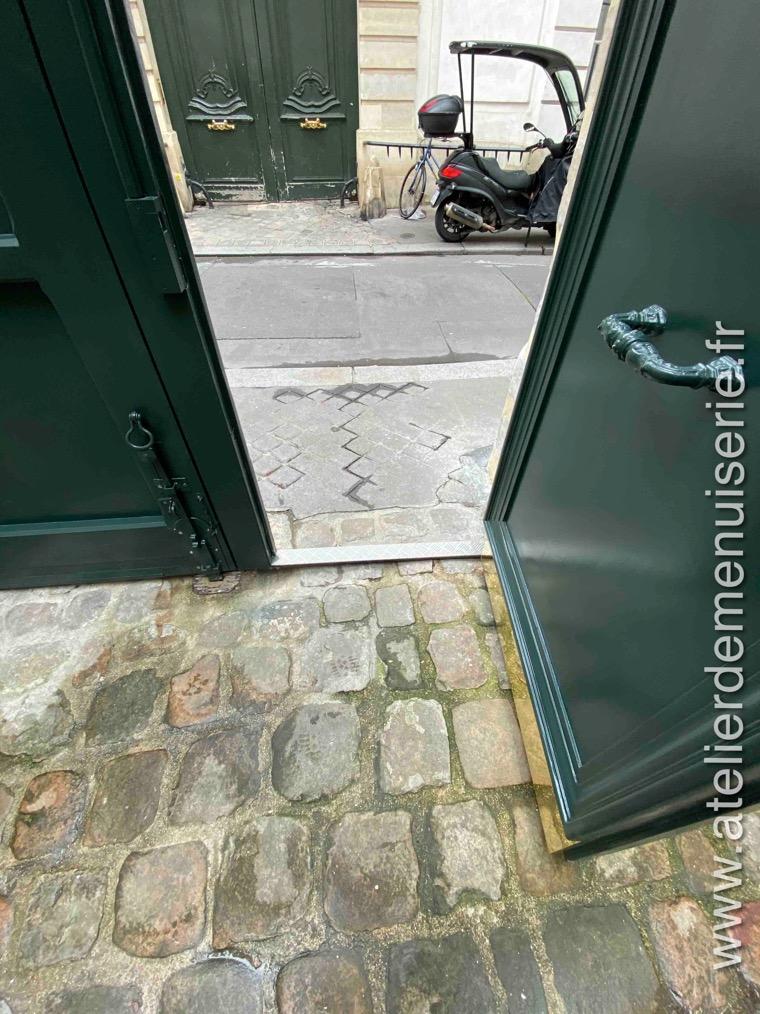 2019 11 - Porte Cochère - 15 Rue Seguier - Paris 5 - 3 - Détail Seuil Surbaissé Du Portillon
