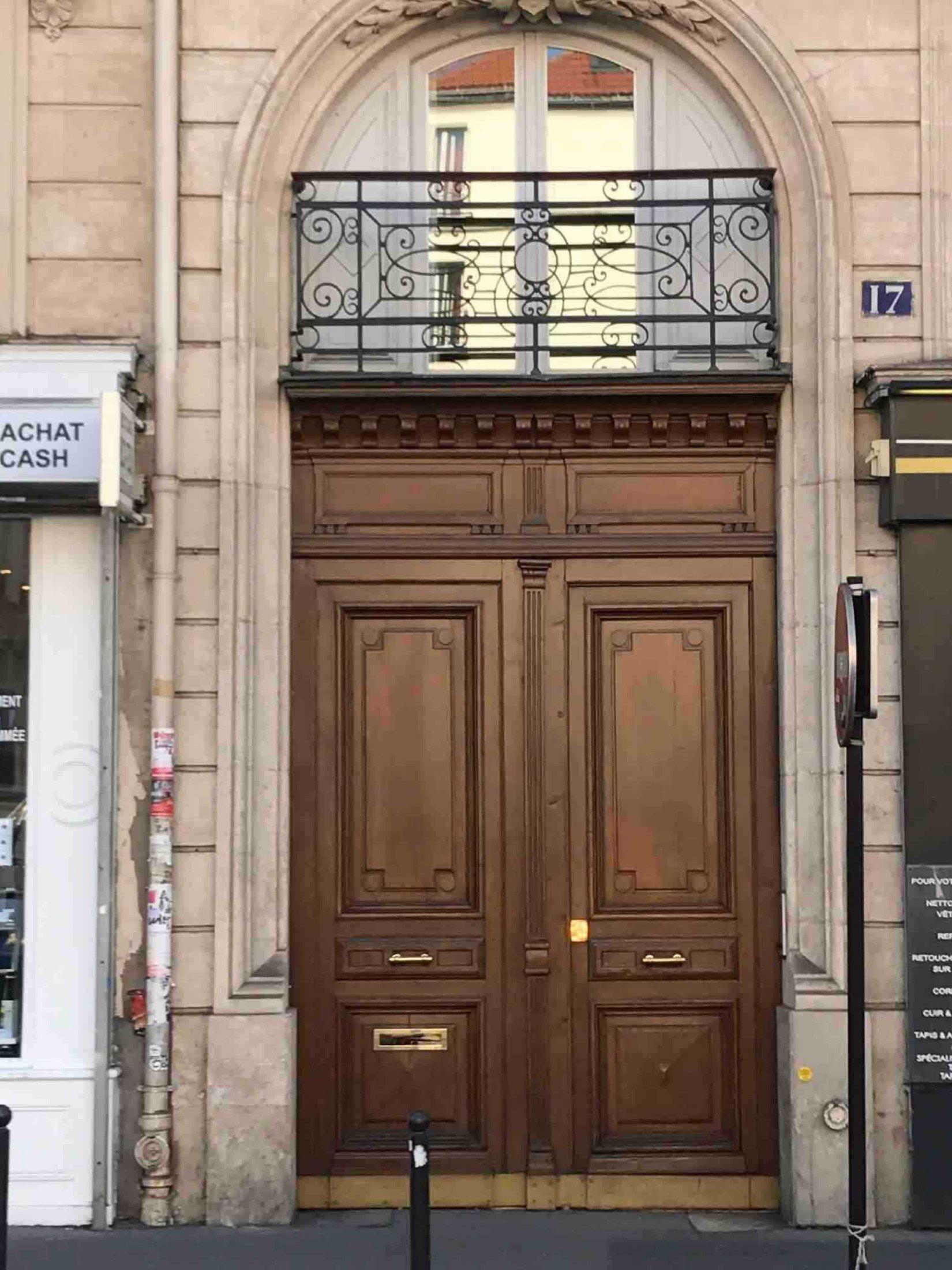 Porte Avec Une Très Belle Grille De Baie D'entresol - Paris 17