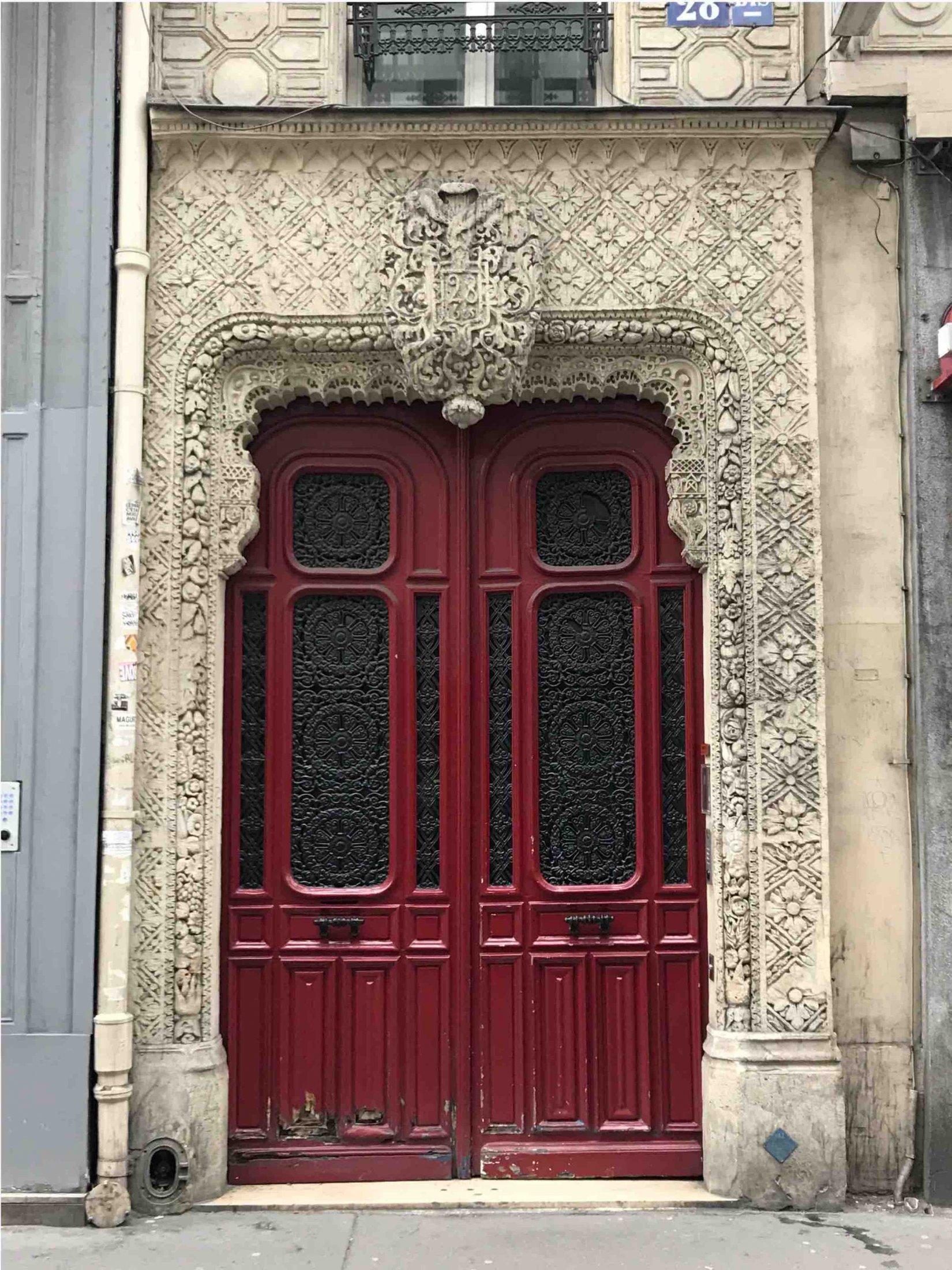 Porte Batarde Encadrée Par Pierre Finement Travaillée - Paris 17