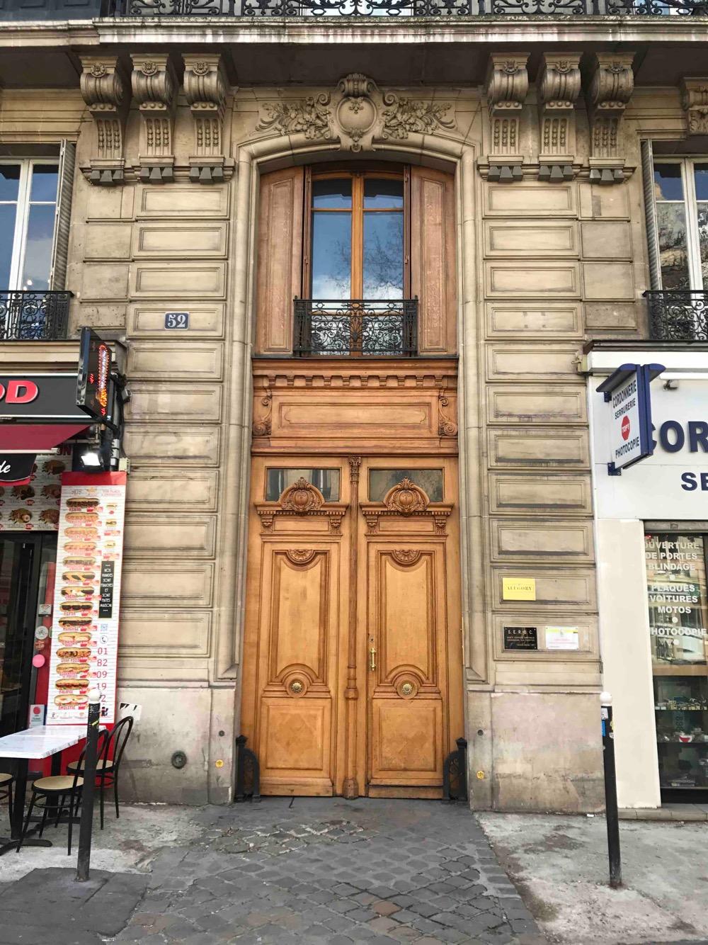 Porte Cochère Avec Baie D\'entresol Magnifiquement Lasurée - 52 Avenue De La République - Paris 11