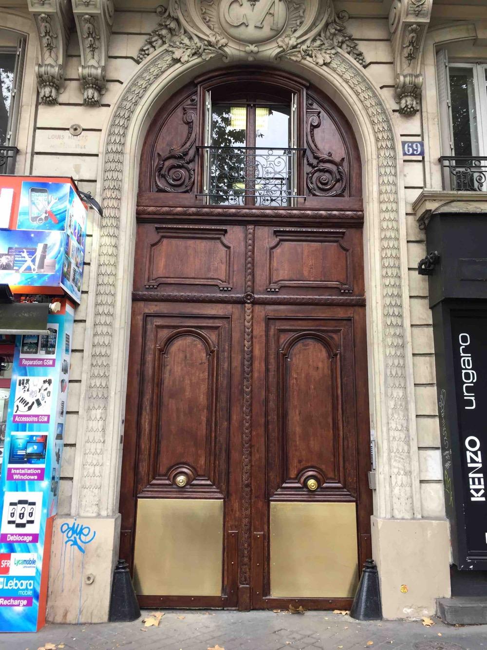 Porte Cochère Avec Parquet Protégé Par Un Grand Parement Laiton - Paris