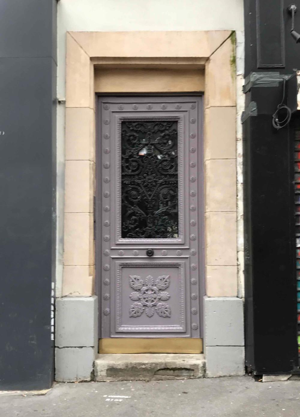 Porte Piétonne Chêne Sur Rue Avec Grille En Fonte Très Ouvragée - Rue De Saussure - Paris 17