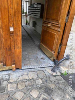 2019 12 - Porte Cochère 42 Rue Du Cardinal Lemoine - Paris 5 - 3 - Détail Seuil Surbaissé Portillon